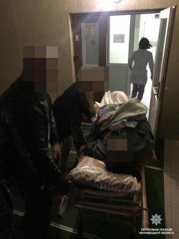 У Чернівцях поліція допомогла дістатися до лікарні жінці, яка народила немовля у авто