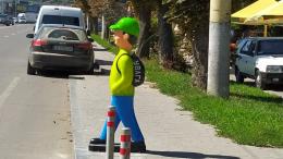 У Чернівцях на пішохідних переходах почали встановлювати пластикові фігури школярів