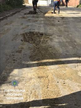 У Чернівцях вантажівка висипала глину просто на проїжджу частину