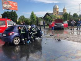 """У Чернівцях зіткнулись """"Фольксваген"""" та """"Пежо"""", постраждало четверо осіб (фото)"""