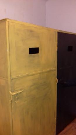 На Буковині підсудних утримують у металевих шафах, що нагадують середньовічні катівні (фото)