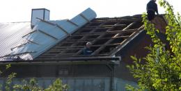 У Чернівцях буревій масово зривав покрівлі з будинків