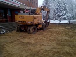 У Чернівцях в мороз розкопали бетонні плити біля дитячої поліклініки (фото)
