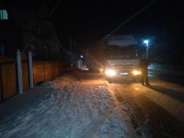 На трасах Буковини ускладнення руху: у Динівцях фуру занесло на обочину