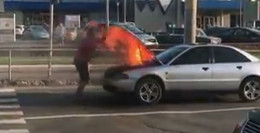 У Чернівцях посеред вулиці під час руху спалахнув автомобіль