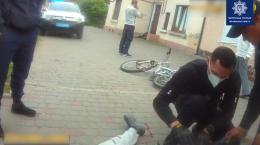 У Чернівцях поліцейські допомогли травмованому юнаку з велосипедом (відео)