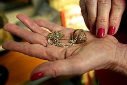Судитимуть шахрайку, яка «зняла» з чернівчанки порчу за понад 400 тисяч гривень