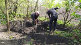 На Буковині чоловік поховав померлу матір у саду біля дому