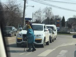 У Чернівцях водій зупинив авто, щоб допомогти бабусі перейти дорогу