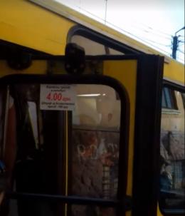 У Чернівцях маршрутка №34 через зламаний механізм їхала з відчиненими дверима (відео)