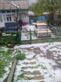 У Сокирянах посеред весни випав сніг (фото)