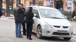 У Чернівцях водій залишив машину, заблокувавши проїзд людям на візках