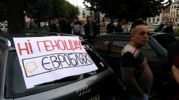 Під міською радою мітингують власники авто на іноземних номерах