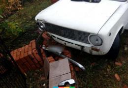 """На Буковині """"ВАЗ"""" в'їхав в огорожу, постраждав пасажир"""