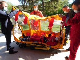 На Буковині медики «швидкої» отримали бокс для перевезення пацієнтів з підозрою на коронавірус (фото)