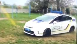 У Чернівцях поліція проведе службове розслідування щодо патрульного, який влаштував гонки на спортмайданчику (відео)