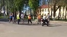 На Буковині комунальник відгамселив лопатою перехожого, бо той зробив йому зауваження (відео)