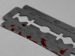 На Буковині 13-річна дівчинка порізала собі вени