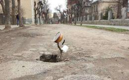 У центрі Чернівців яму перекрили чайником на палиці (фото)