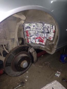 """На буковинському кордоні у """"Мерседесі"""" знайшли контрабандних цигарок на 45 тисяч"""