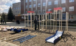 У Чернівцях на Проспекті біля дитячої поліклініки встановлюють дитячий майданчик (фото)
