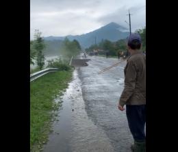 На Буковині в селі паводок зруйнував дорогу (відео)