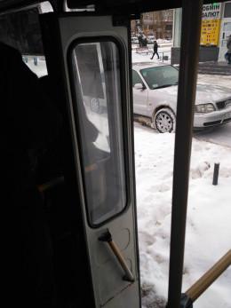 У Чернівцях маршрутка їздила з поламаними дверима