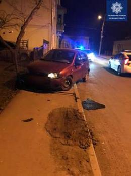 У Чернівцях п'яний водій на ВАЗ тікаючи від патрульних врізався в перешкоду