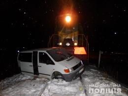 На залізничному переїзді у Верхніх Петрівцях локомотив зіткнувся з мікроавтобусом