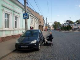 На Сагайдачного у Чернівцях оштрафували водія, який припаркував авто на пандус
