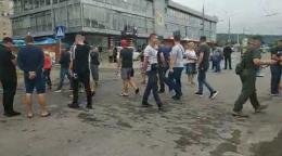У Чернівцях активісти перекрили вулицю Хотинську - вимагають капітального ремонту дороги (відео)