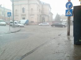 Раптова злива підтопила центр Чернівців, на вулицях утворилися струмки води (фото)