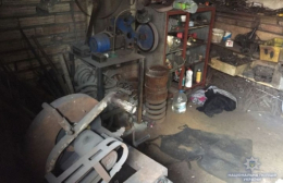 На Буковині у підвалі будинку 40-річний чоловік організував підпільну зброярню