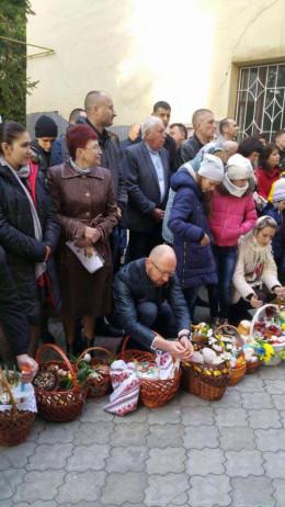 Буковинець Арсеній Яценюк з родиною освятив паску у Чернівцях