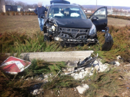 На Буковині легковик злетів з дороги, постраждав пасажир (фото)