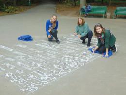 У Чернівцях алеї парку Шевченка розписали віршами відомих поетів (фото)