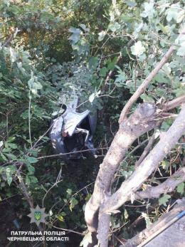 У Чернівцях водій «Volkswagen», який злетів з мосту, викрав авто і втікав від патрульних (фото)