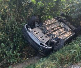 На Буковині під час руху зламалась  і перекинулась Dacia Logan