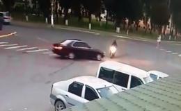 На Буковині у райцентрі «BMW» збив дівчину на скутері (відео)