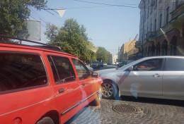 На Соборній площі у Чернівцях сталося ДТП
