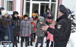 У Чернівцях патрульні розповіли дітям про роботу чергової частини