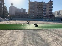 У Чернівцях на стадіоні від УЄФА встановлюють штучне покриття