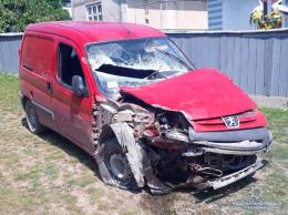 На викраденому авто п'яний буковинець в'їхав в огорожу та втік (фото)