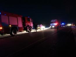 На Буковині легковик зіткнувся з вантажівкою: рятувальники витягнули з авто постраждалих (фото)