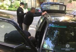 Затримали чернівчанина за вживанням наркотиків посеред вулиці (фото)