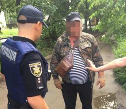 Під час затримання у Чернівцях чоловік вдарив поліцейського (фото)