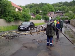 П'яний водій на Синельникова у Чернівцях повалив три електроопори та втік