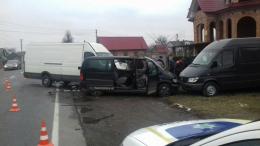На Буковині в Лужанах зіткнулись три мікроавтобуси, постраждало двоє людей (фото)