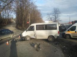 """У Чернівцях на Зеленій зіткнулись """"Mazda"""" та """"Volkswagen"""", є постраждалі (фото)"""