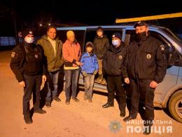 На Буковині поліцейські розшукали жінку із дітьми, які заблукали у лісі
